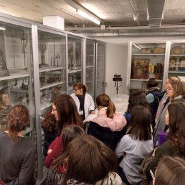 Visita d'alumnes de la UdL al taller de restauració i reserves del MLL